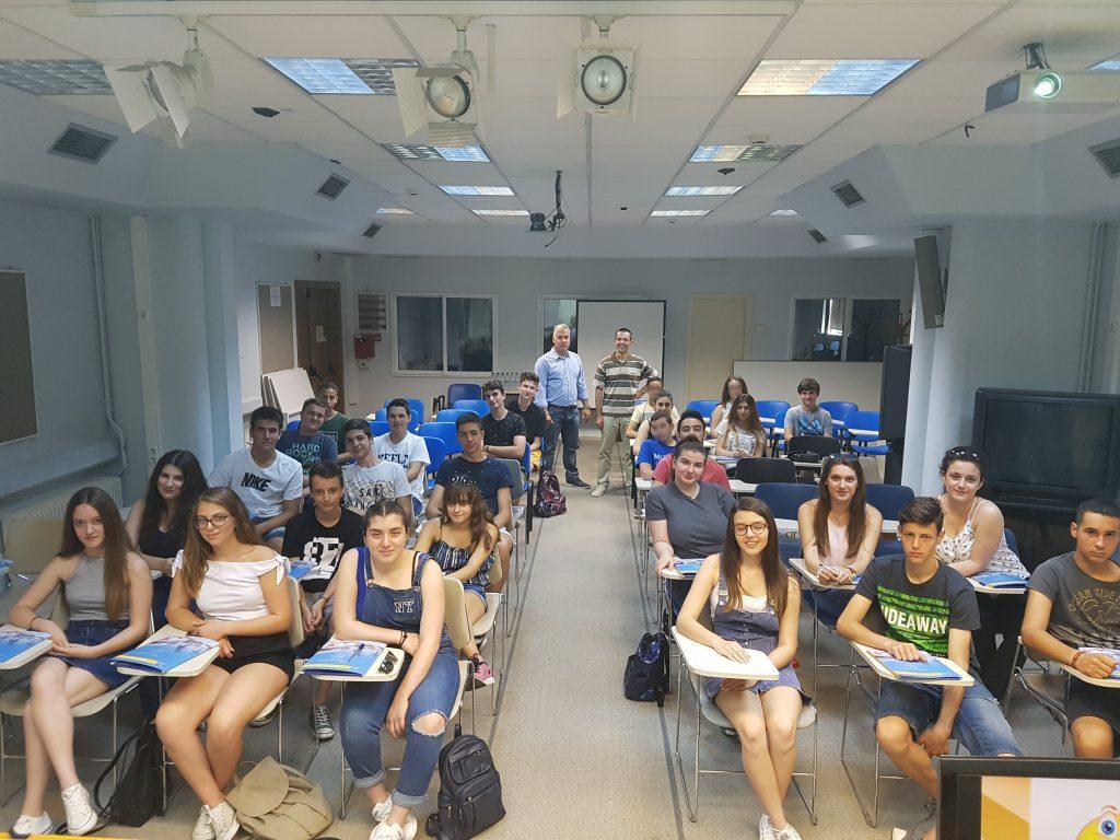 2o Θερινό Σχολείο Νεανικής Επιχειρηματικότητας στο Πανεπιστήμιο Μακεδονίας. Αναμνηστική φωτογραφία των μαθητών με τους καθηγητές.
