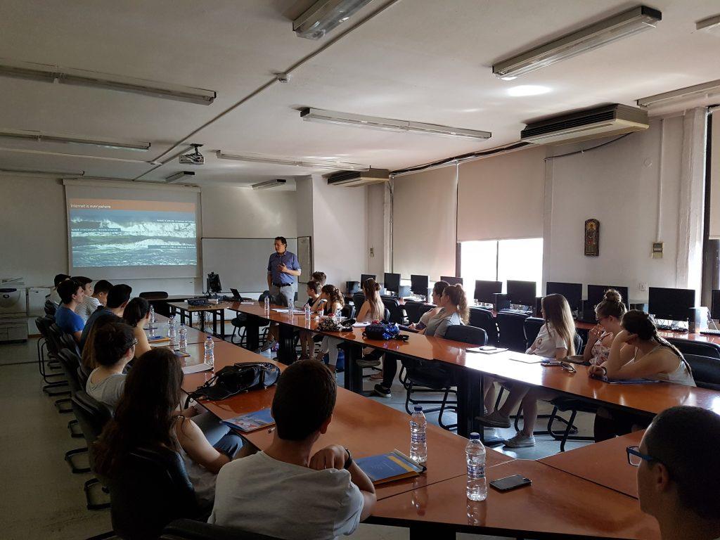 """Στην αίθουσα συνεδριάσεων του τμήματος Εφαρμοσμένης Πληροφορικής οι μαθητές παρακολούθησαν ομιλίες από έμπειρους επιχειρηματίες. Ο κ.Μυλωνάς κατά την ομιλία του """"Αναπτύσσοντας μια σύγχρονη ψηφιακή επιχείρηση: η περίπτωση του Yummy Wallet"""""""
