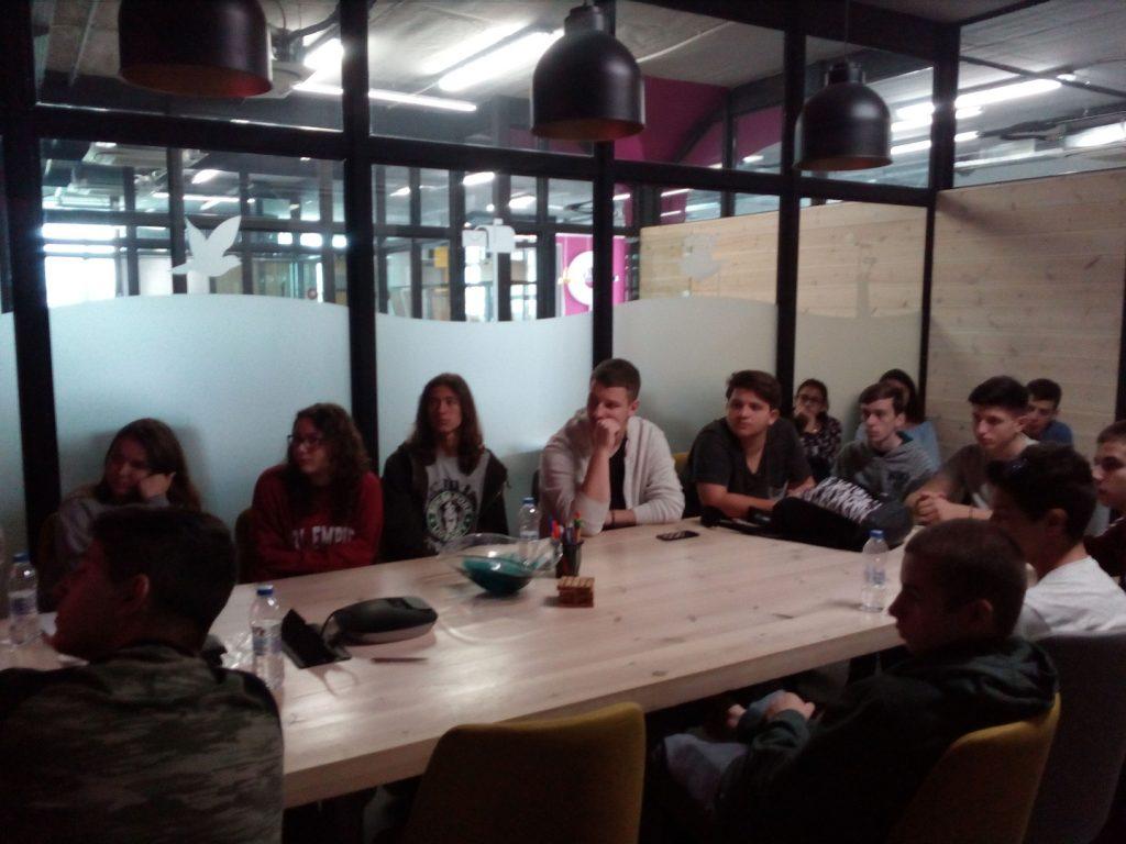 Το τρίτο Θερινό Σχολείο Νεανικής Επιχειρηματικότητας κατά την επίσκεψή του στην Apifon όπου μιλήσαμε για θέματα διαχείρισης προσωπικού..