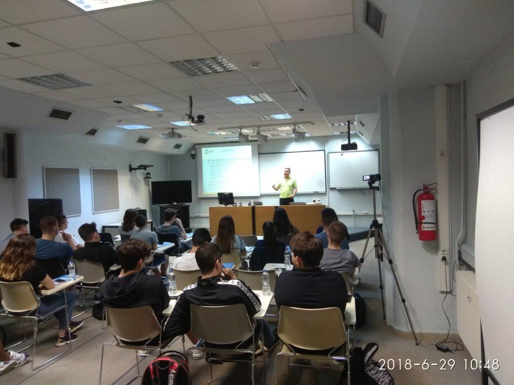Στην αίθουσα τηλεκπαίδευσης του Πανεπιστημίου Μακεδονίας οι μαθητές παρακολούθησαν ομιλίες από έμπειρους επιχειρηματίες. Ο κ. Παντελής Αγγελίδης, πρόεδρος της Αλεξάνδρειας Ζώνης Καινοτομίας, μίλησε στους μαθητές για: Νομικά και φυσικά πρόσωπα - Η χαρά της δημιουργίας - Υπάλληλος ή αφεντικό - Ευθύνη-Ρίσκο-Αποτέλεσμα-Κέρδος