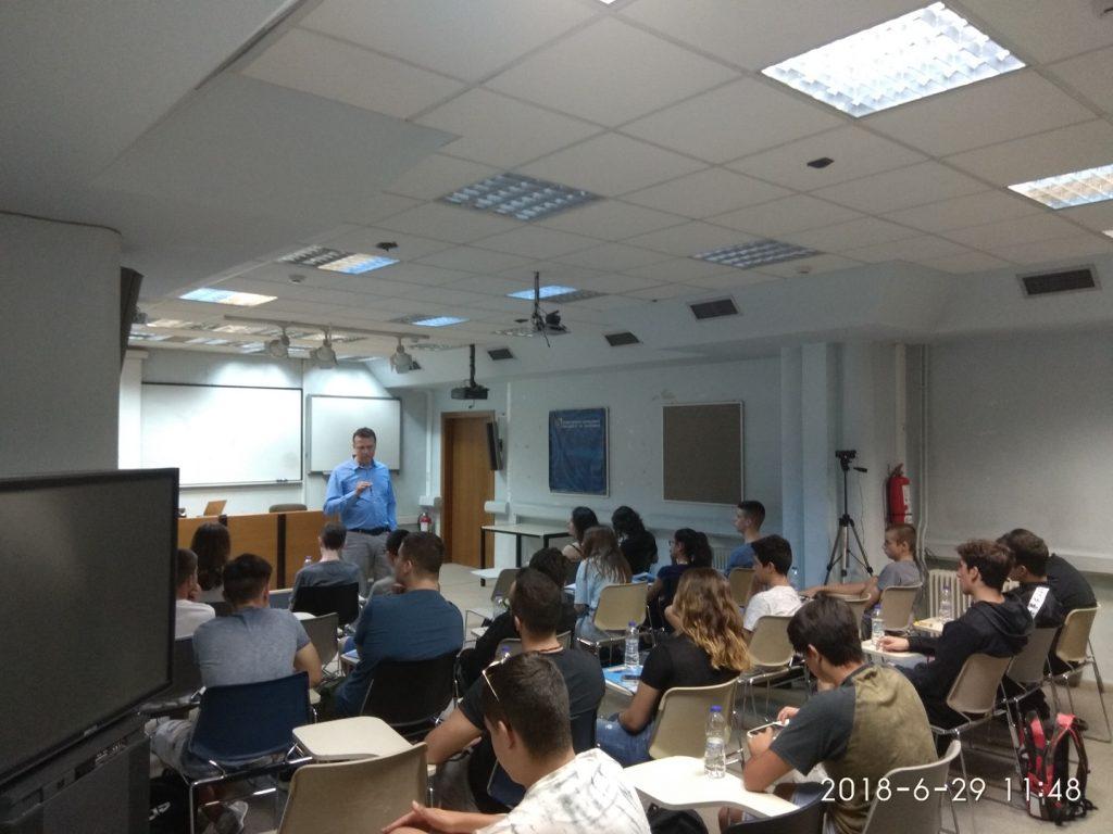 """Στην αίθουσα τηλεκπαίδευσης του Πανεπιστημίου Μακεδονίας οι μαθητές παρακολούθησαν ομιλίες από έμπειρους επιχειρηματίες. Ο κ.Μυλωνάς κατά την ομιλία του """"Αναπτύσσοντας μια σύγχρονη ψηφιακή επιχείρηση: η περίπτωση του Yummy Wallet"""""""