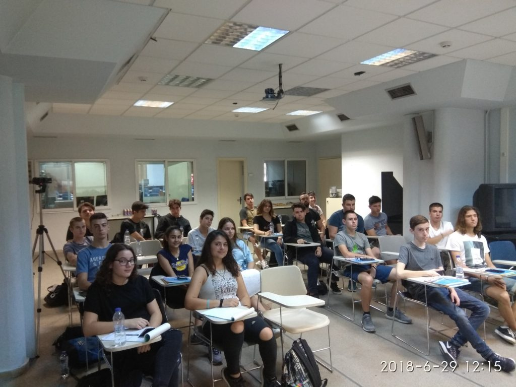 Οι μαθητές του τρίτου Θερινού Σχολείου Νεανικής Επιχειρηματικότητας στην αίθουσα τηλεκπαίδευσης του Πανεπιστημίου Μακεδονίας.
