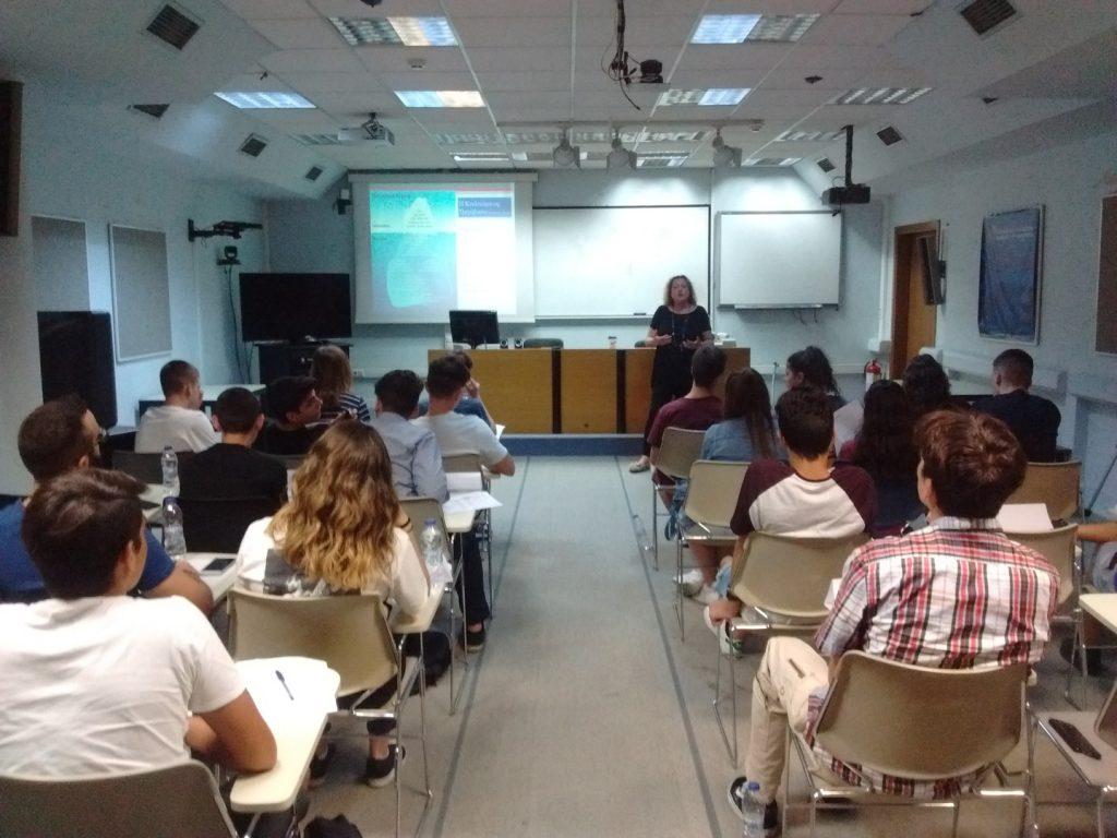 Στην αίθουσα τηλεκπαίδευσης του Πανεπιστημίου Μακεδονίας οι μαθητές παρακολούθησαν ομιλίες από έμπειρους επιχειρηματίες. Η κ. Παναγιωτίδου Σοφία, Σύμβουλος Σταδιοδρομίας, μίλησε στους μαθητές για την σημασία της προσωπικής ταυτότητας (Personal Brand) στην ανάπτυξη μιας πετυχημένης εταιρικής ταυτότητας (Corporate Brand) και για την Επιχειρηματικότητα με διεθνείς προδιαγραφές: η αναγκαιότητα της διαπολιτισμικής δεξιότητας του επιχειρηματία.