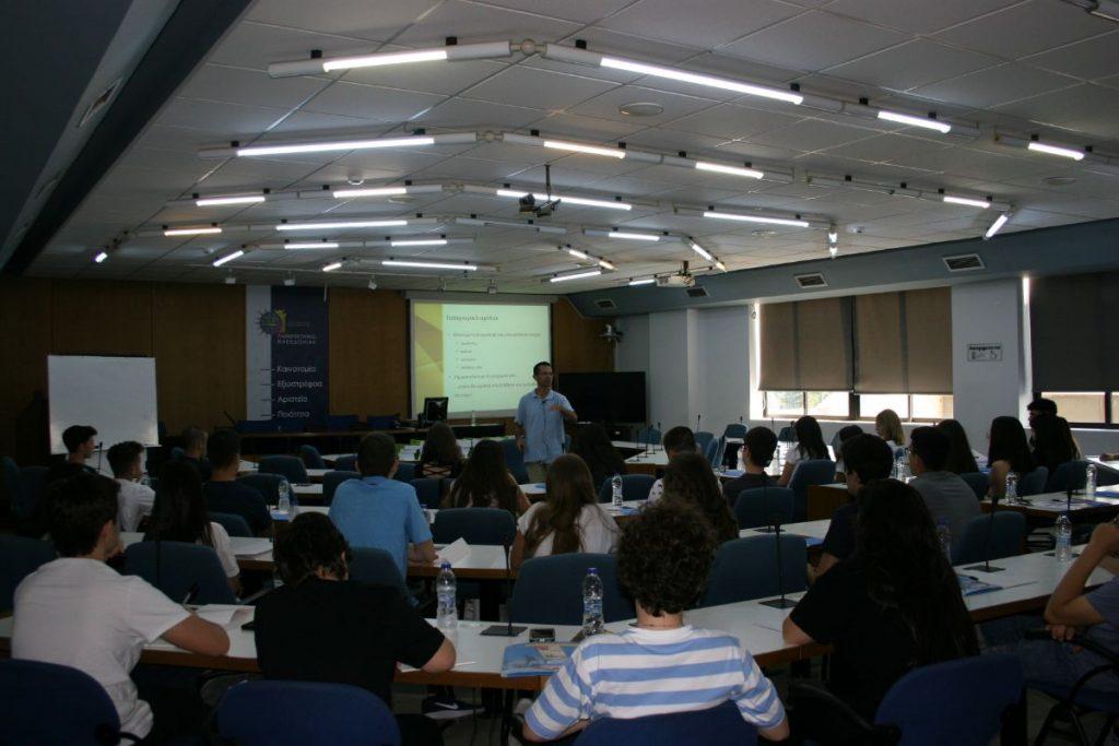 Ο καθηγητής Γιάννης Νικολαΐδης υποδέχεται τους μαθητές κατά την πρώτη ημέρα του ThesSummerSchool